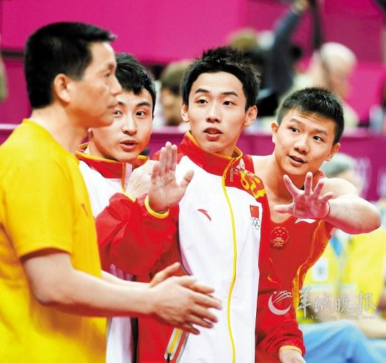 中国体操队队员陈一冰、冯喆、邹凯、郭伟阳和张成龙(从左至右)在夺得男团冠军后庆祝 新华社照片