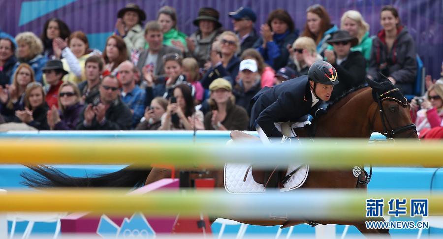 2012年7月31日,在伦敦奥运会马术三项赛个人赛中,德国选手米夏埃尔·容夺得金牌。图为,德国选手米夏埃尔·容比赛后向观众致意。 新华社记者 廖宇杰