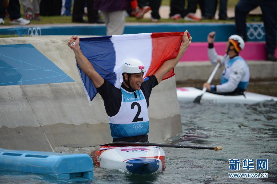 2012年7月31日,在伦敦奥运会皮划艇激流回旋男子单人划艇决赛中,埃斯坦盖以97秒06的成绩夺得冠军。图为,法国选手埃斯坦盖冲过终点。新华社记者 郭勇