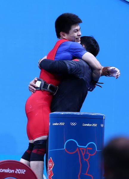 奥运图:男举69kg林清峰夺冠 拥抱教练