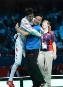 奥运图:雷声夺男子花剑金牌 拥抱教练