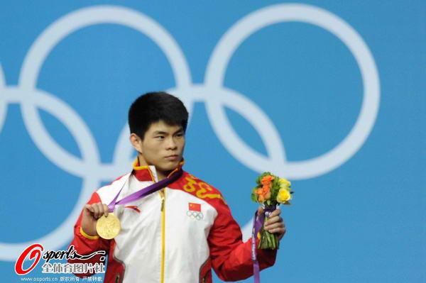 奥运图:林清峰梦圆奥运冠军 手握金牌
