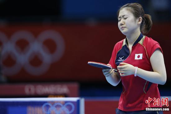 当地时间7月31日,伦敦奥运会女子乒乓球单打四分之一决赛,中国选手丁宁4:0击败日本选手福原爱,晋级四强。图为福原爱在比赛中。记者 盛佳鹏 摄