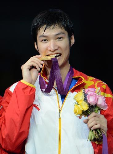 7月31日,中国选手雷声在领奖台上。当日,在伦敦奥运会男子个人花剑比赛中,中国选手雷声以15比13击败埃及选手阿布卡西姆,夺得金牌。新华社记者 王毓国 摄