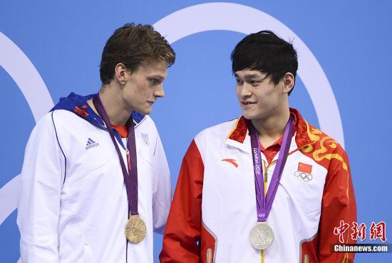 当地时间7月30日,伦敦奥运会男子200米自由泳决赛孙杨获亚军。图为孙杨(右)与艾纳尔交谈。记者 廖攀