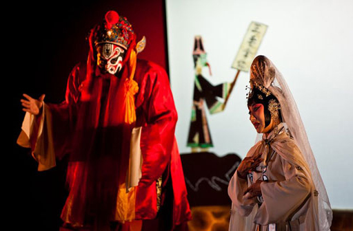 《灯官油流鬼》由韩非子剧社社长韩迟和法国青年导演萨拉奥本娜共同策划,诗人、编剧韩非子对《铡判官》进行了改编和再创作。这出戏讲的是为人熟知的包公断案故事,在中法艺术家的联袂创作中展现出另一种理解视角。演出过程中,京剧和皮影组成了曲艺双拼,当天的发布会上,演员们表演了片段:京剧武丑演员王雪桦饰演的灯官油流鬼身手矫健;幕布上,皮影艺人以精湛的技艺操纵着皮影,演绎着耳熟能详的铡判官故事。伴奏里,古典民乐和西方乐器巧妙融合,传统曲艺故事与现代音乐元素另类碰撞。   据悉,小柯在胡琴锣鼓为主的戏曲配器