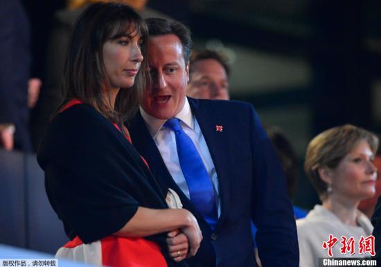 北京时间7月28日凌晨,2012年伦敦奥运会的开幕式隆重举行。这已经是奥运会第三次来到这座城市,也吸引了大量政要前往。图为英国首相卡梅伦与妻子。