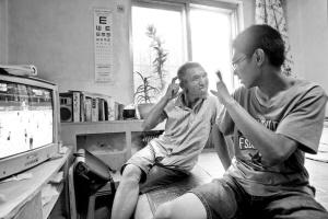大学 考上/他的母亲早逝,父亲是聋哑人,做保洁员月收入约1000元