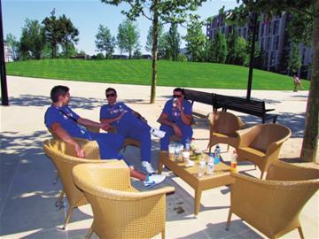 运动员们在悠闲地喝茶聊天