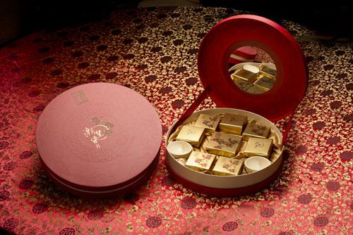 """""""七星伴月""""(8 个装)内赠圆月杯一对,如月皓美,圆满一生;饼盒可做首饰盒使用。"""