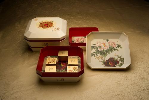 """""""潮皇至尊""""(12 个装)内赠果盘,玲珑宝盆,海棠牡丹竟争艳。"""