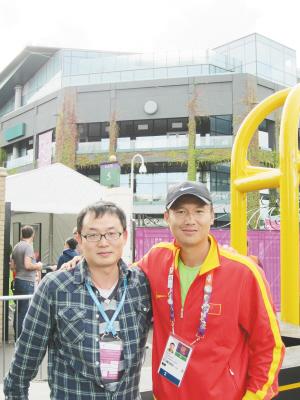 本报记者与云南老乡刘硕(右)合影 都市时报特派记者 陈蔚