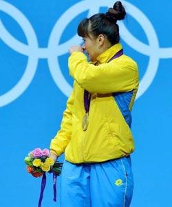 马内扎代表哈萨克夺冠 领奖台上落泪
