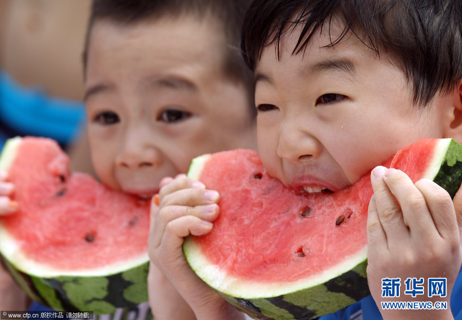 """韩国举办""""吃西瓜大赛"""" 儿童贪吃表情惹人爱(组图)图片"""
