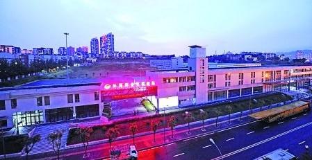 昨日,巴南区李家沱,夜幕下的外河坪公交枢纽站主楼。
