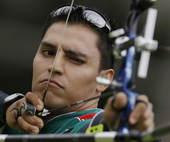 奥运图:男子射箭戴小祥晋级 选手射箭比赛中