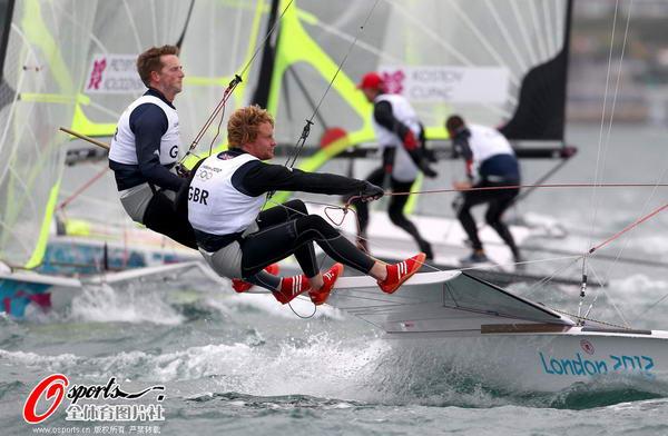 奥运图:帆船帆板赛海涛逐浪 选手帆船比赛中