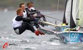 奥运图:帆船帆板赛海涛逐浪 选手在比赛中