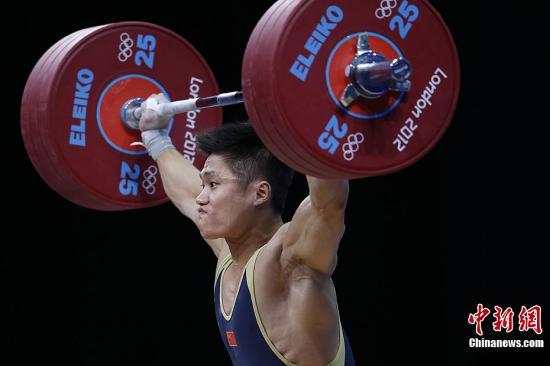 当地时间8月1日,在伦敦奥运会男子举重77公斤级决赛中,中国选手吕小军打破自己保持的世界纪录,拿下中国队的第16块金牌。记者 盛佳鹏 摄