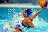 奥运图:水球小组赛中国不敌匈牙利 进攻扣球