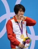 奥运图:焦刘洋夺冠展示金牌 焦刘洋擦拭泪水