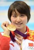 奥运图:焦刘洋夺冠展示金牌 焦刘洋灿烂微笑