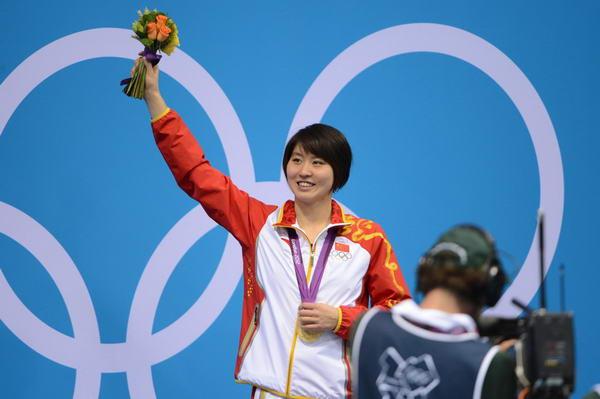 奥运图:焦刘洋夺冠展示金牌 焦刘洋手举鲜花