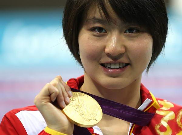 奥运图:焦刘洋夺冠展示金牌 焦刘洋笑容靓丽