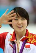 奥运图:焦刘洋夺冠展示金牌 向观众挥手致意