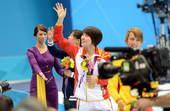 奥运图:焦刘洋夺冠展示金牌 向看台上挥手