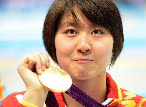 奥运图:焦刘洋夺冠展示金牌 展示金牌特写
