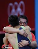 奥运图:男举77kg吕小军夺冠 万分激动