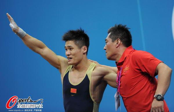 奥运图:男举77kg吕小军夺冠 展臂庆祝