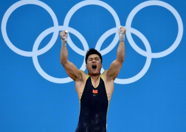 奥运图:男举77kg吕小军夺冠 振臂高呼