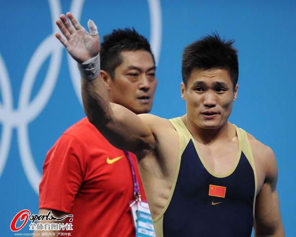 奥运图:男举77kg吕小军夺冠 致意观众