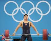 奥运图:男举77kg吕小军夺冠 抓举中