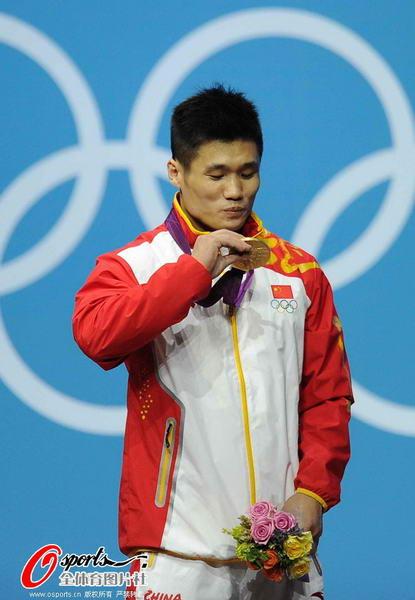 奥运图:吕小军深情吻金牌 表情俏皮