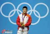 奥运图:吕小军深情吻金牌 冠军之气