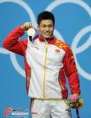 奥运图:吕小军深情吻金牌 面带微笑