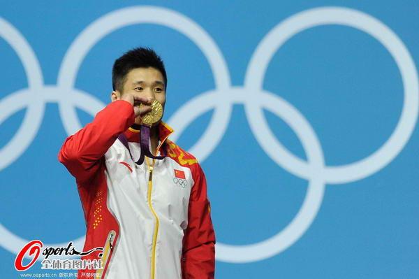 奥运图:吕小军深情吻金牌 亲吻金牌
