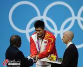 奥运图:吕小军深情吻金牌 与颁奖人握手