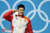 奥运图:吕小军深情吻金牌 展示金牌