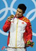 奥运图:吕小军深情吻金牌 珍视金牌