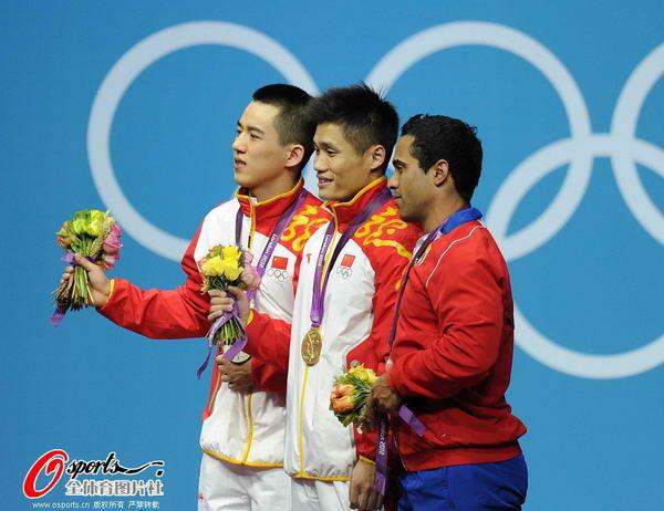 奥运图:吕小军深情吻金牌 争金夺银