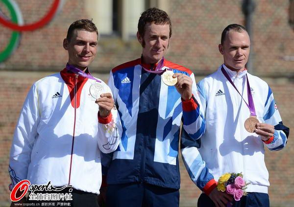 奥运图:维金斯自行车计时赛夺金 展示金牌