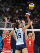 奥运图:女排小组赛中美对决 网上扣球