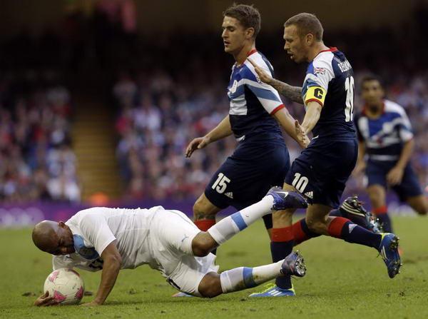 奥运图:足球赛英国胜乌拉圭 队员拼抢中