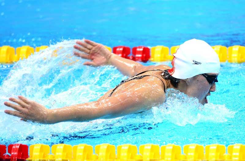 人民网伦敦8月1日电记者王霞光摄影报道在伦敦奥运会女子200米蝶泳决赛中,中国焦刘洋以2分04秒06的成绩夺取金牌并创造了新的奥运会纪录。
