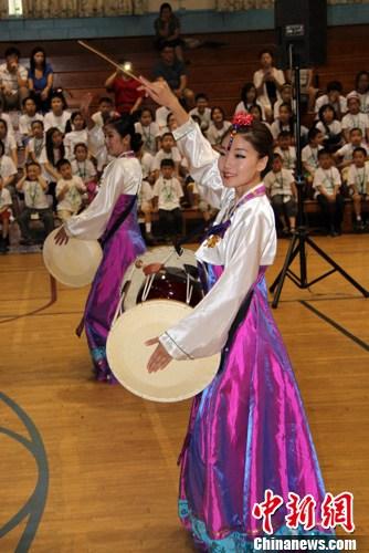 """图为""""中华文化大乐园""""的教师表演朝鲜族舞蹈。中新社发 李洋 摄"""