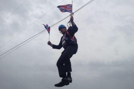 """身处""""险境""""的约翰逊市长临危不乱,继续高举英国国旗。"""